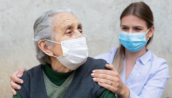Warum es trotz Impfung Corona-Ausbrüche in Pflegeheimen gibt