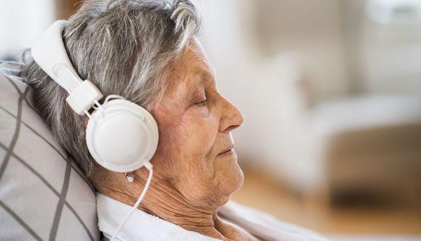Positive Audio-Nachricht lindert Ängste im Krankenhaus
