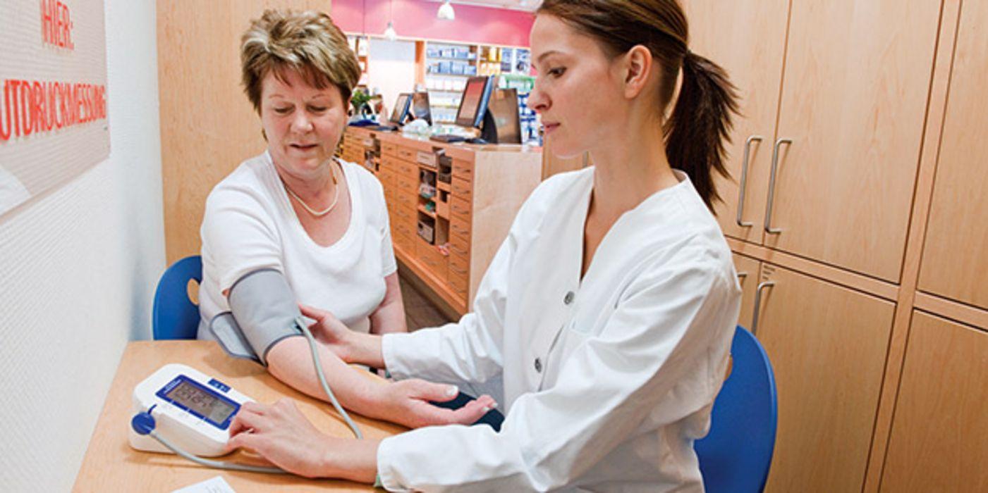 Blutdruck messen: Apotheker zeigen, wie es geht - aponet.de