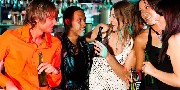 Alkohol macht beim Sex risikobereit   aponet.de